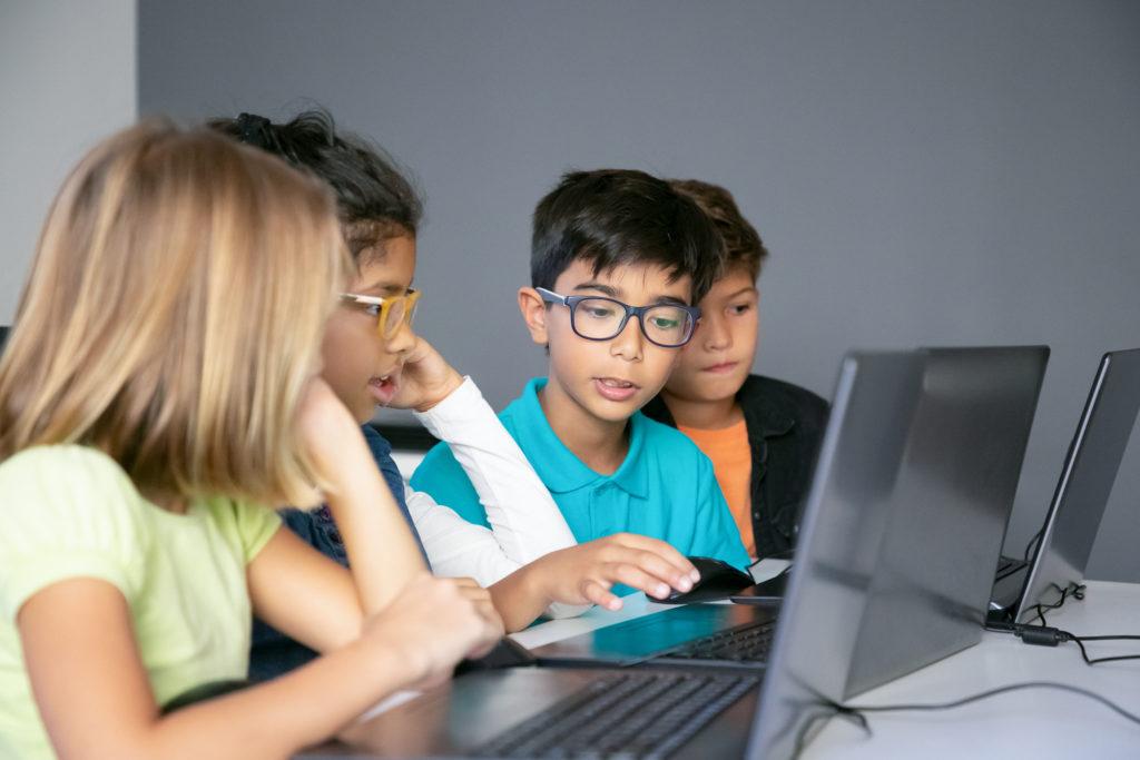 O ensino híbrido combina os aprendizados on-line e off-line em busca da integração dos ambientes virtual e presencial, expandindo os limites temporais e espaciais da sala de aula